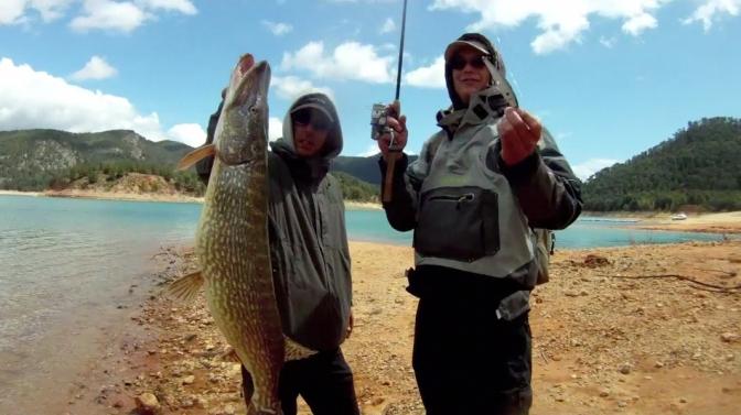 Los cajones de pesca para la pesca en hielo fácil